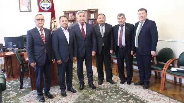 В посольстве Кыргызстана в России, 21 сентября состоялась торжественная церемония вручения консульского патента Р.Абдуманапову и В.Трофимову.